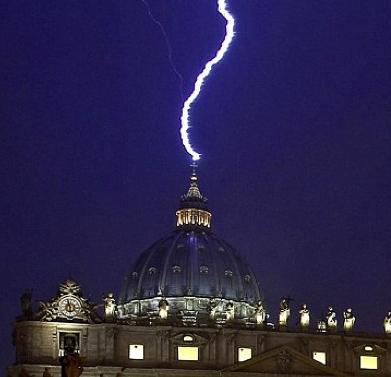 Rayo Golpea Vaticano el mismo Día que Renuncia Papa Benedicto XVI