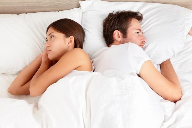¿Por qué los esposos no deben de dormir juntos en la misma cama?